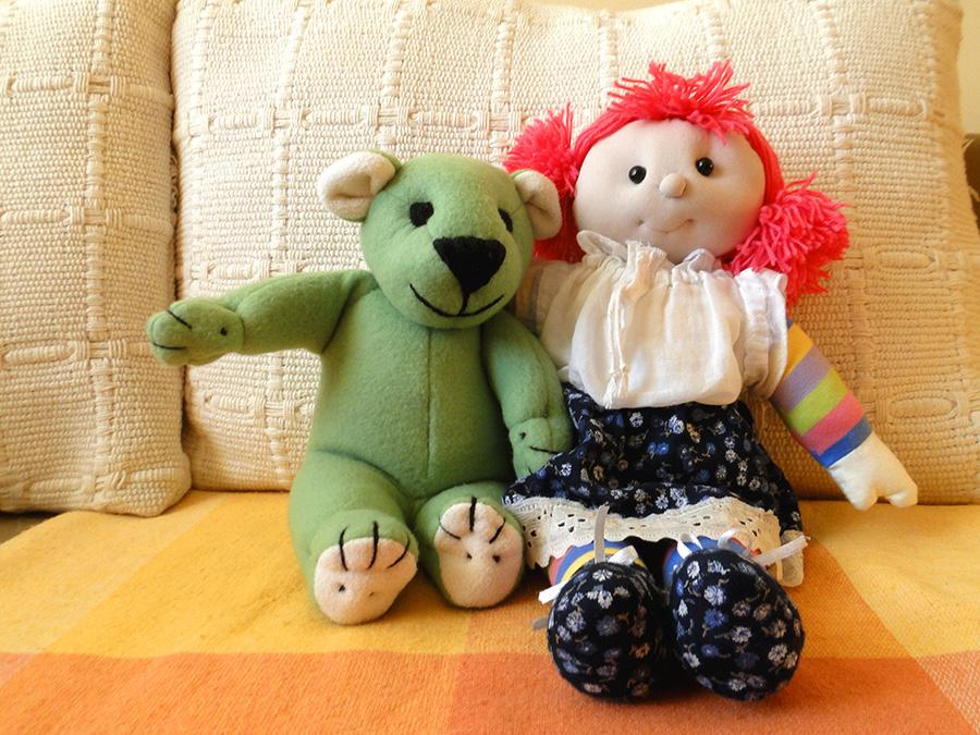 Lala z misiem to zabawki szyte ręcznie. Są dobrym podarunkiem dla małych dziedzi. Mogą być też prezentem dla dorosłych.