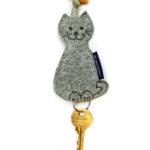 Uszyty filcowy kot może być przydatnym upominkiem. Do wykorzystania na breloczek lub zawieszkę.