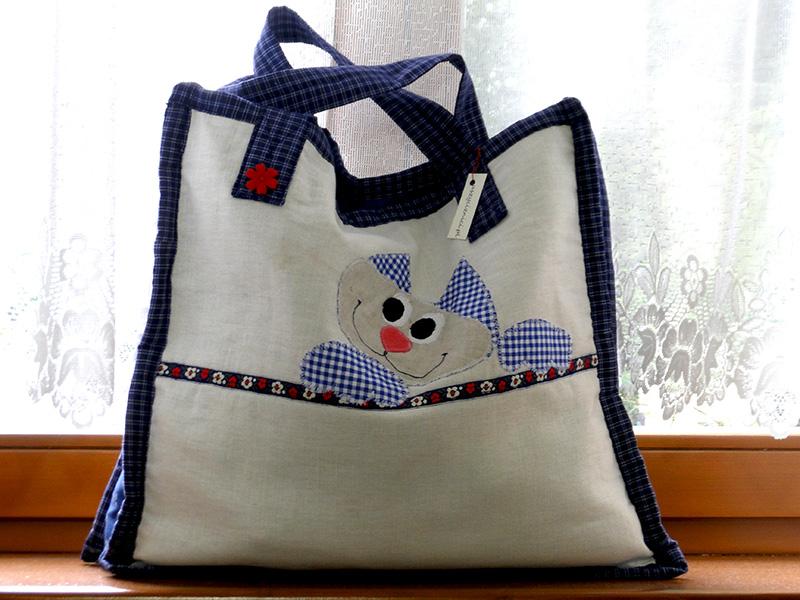 Aplikacja z kotem na torbie wykonana jest ręcznie. Sprawia, że torba jest atrakcyjna. Może być przydatna na zakupy lub do chowania dzieciecych przyborów. Jest oryginalna, niepowtarzalna. Może być również wspaniałym upominkiem.