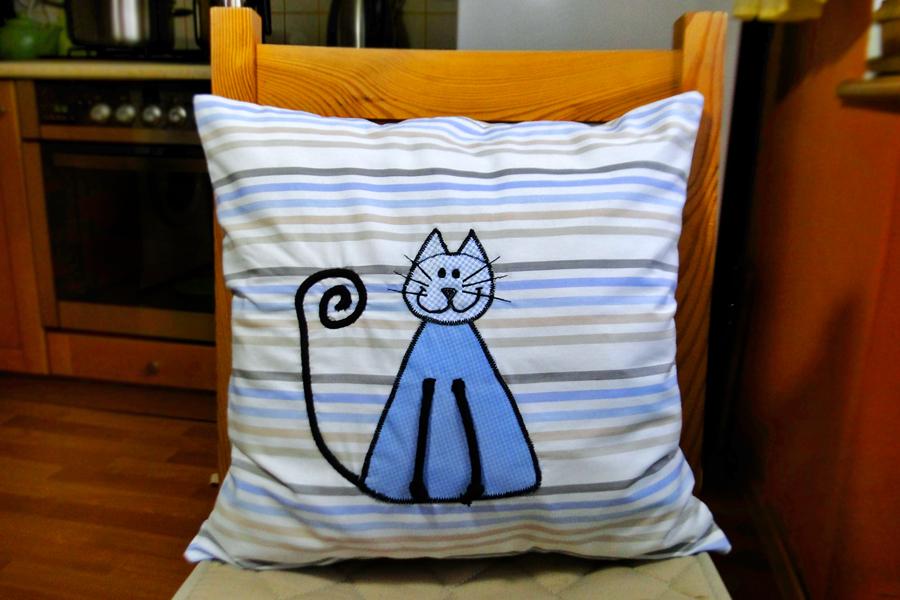 Poduszka uszyta na maszynie domowej z naszytą aplikacją kota. Wykończenie wykonane ręcznie.