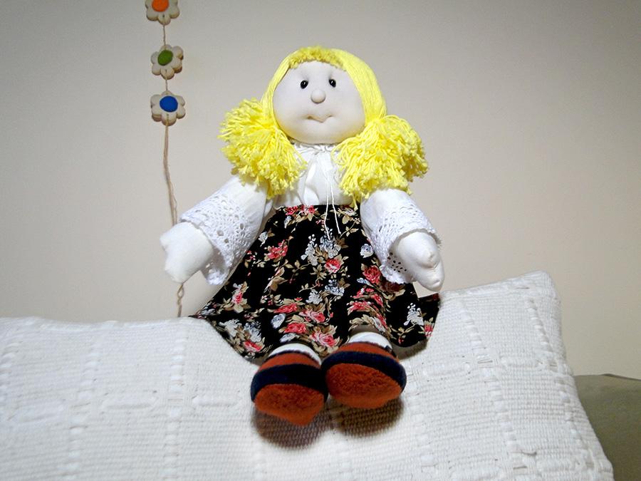 Lalka uszyta ze szmatek. W całości wykonana ręcznie. Służy do zabawy i przytulania. Podarowana jako upominek może być pomiatką na długie lata.