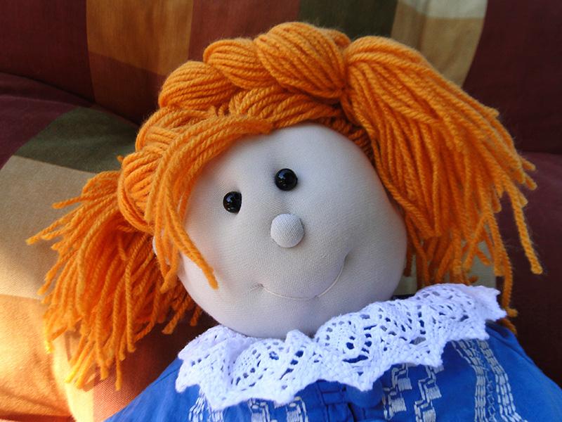 Włóczkowe włosy lalki do czesania wykonane z włóczki. Ręcznie szyte. Lalka nadaje się jako doskonały upominek kolekcjonerski lub do zabawy.