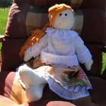 Ubranko lalki wykonane recznie z oryginalnych tkanin wykorzystywanych do szycia strojów ludowych.
