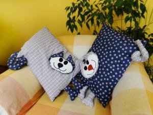 Poduszki kotuszki na fotelu