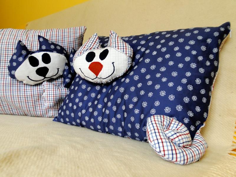 Poduszki kotuszki na kanapie