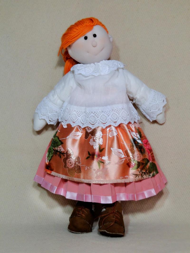 Lalka szyta ręcznie, ubrana w tradycyjne strój ślaski