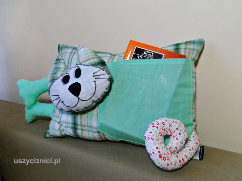 Uszyta poduszka na maszynie domowej w kształcie kota. Zaopatrzona w kieszonkę jest dekoracją i ozdobą wnętrza domu. To świetny pomysł na upominek.
