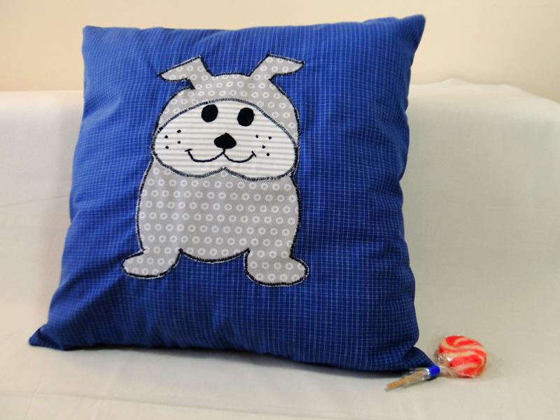 Poduszka jasiek z naszytym pieskiem jako aplikacja. To świetny prezent dla dziecka lub dorosłego.